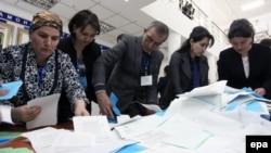 Члены избирательной комиссии подсчитывают бюллетени после завершения голосования. Душанбе. 1 марта 2015 года.