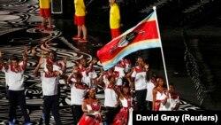 Свазиленд мамлекетинин спортчулары эл аралык оюндардын биринин ачылышында өлкөнүн желегин көтөрүп баратышат.