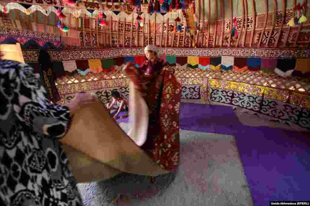 Астара-апай, укладывая с невесткой Фаридой на пол ковер, радостно сказала, что будет жить в юрте до октября.