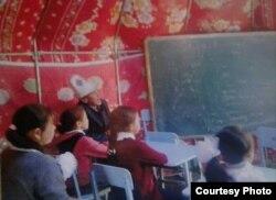 Дети Токтогульского района, обучающиеся в юртах.