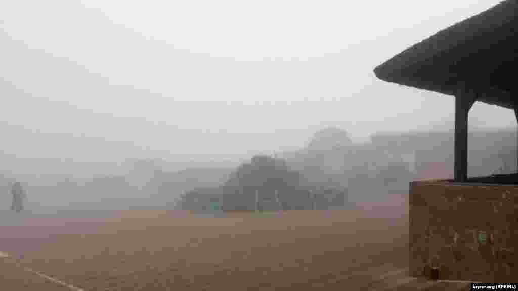 Замість звичного огляду і жвавої торгівлі – тиша укриті туманом