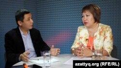 Адвокат Гульнара Жуаспаева (справа) и журналист Касым Аманжолулы. Алматы, 26 октября 2015 года.
