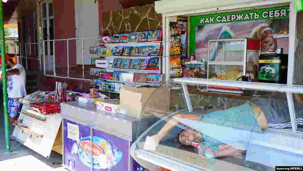Местные продавцы подготавливают витрины магазинов