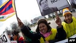Tibetanski aktivisti protestvuju protiv posete kineskog predsednika Hu Đintao ispred Bele kuće u Vašingtonu, 19. januar 2011.