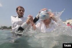 Массовое крещение в Черном море в День Крещения Руси