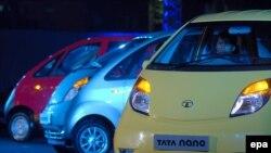"""Индийская модель Tata Nano (на фото) - самый дешевый в мире массовый автомобиль - вряд ли заинтересует российских покупателей. А новые """"бюджетные"""" модели фирм Nissan и Volkswagen?"""