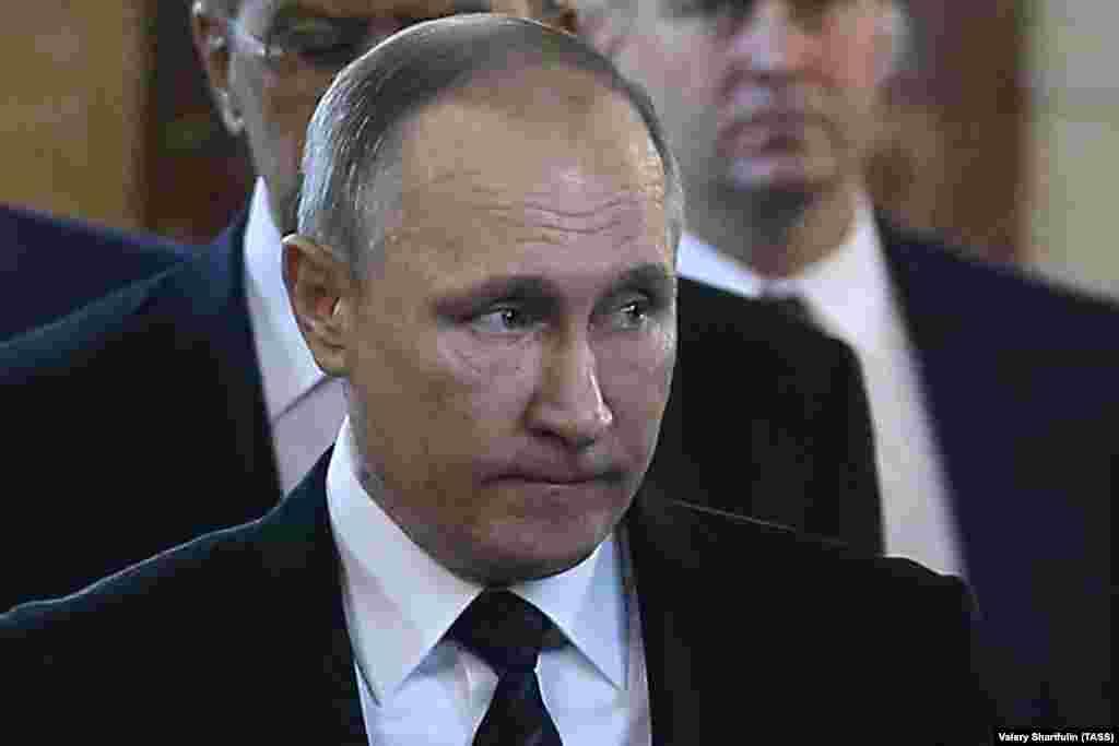 Накануне похорон убитого в Турции российского дипломата Кремль сообщил, что большая пресс-конференция Путина, намеченная на 22 декабря, переносится на пятницу, 23 декабря.