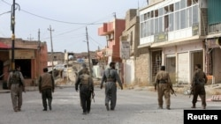 Бойцы курдских отрядов Пешмерга входят в отбитый у боевиков ИГ пригород Мосула. 10 ноября 2016 года.