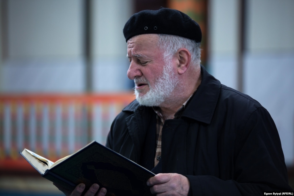 A man reading from the Koran in Jashar Pasha Mosque, Pristina. (Photo by Egzon Bytyqi)
