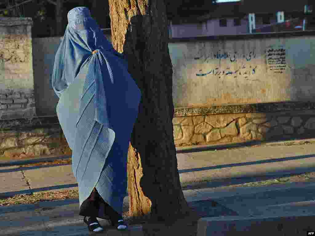 Женщина ждет такси. Герат.