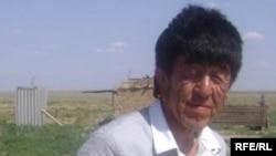 Восемнадцатилетний Нуржан Уркешбаев во дворе своего дома. Село Мукур Кызылкогинского района Атырауской области. 17 июля 2009 года.