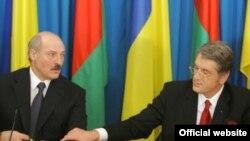 Ukrainian President Viktor Yushchenko (right) with his Belarusian counterpart, Alyaksandr Lukashenka, in Chernihiv