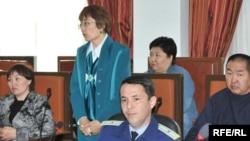 Алқабилер мүшесі Балжан Губашева сот отырысында сөйлеп тұр. Атырау, 21 сәуір 2010 жыл.