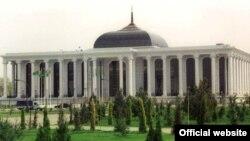 Туркман парламенти биноси (Ашхобод).