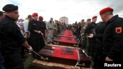 Похороны албанцев, убитых в македонском городе Куманово. Приштина, Косово, 26 мая 2015 года.