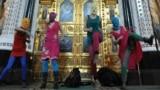 Участницы феминистской панк-группы Pussy Riot во время нелегального выступления в Храме Христа Спасителя. Фото ИТАР-ТАСС/ Митя Алешковский