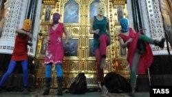 """Rusiya - """"Pussy Riot"""" qrupunun üzvləri Moskvadakı kilsədə Putinə qarşı mahnı oxuyur, 21 fevral, 2012"""