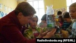 Ольга Мокрейшова, автор проекту «Наука – це просто» оглядає фільтр