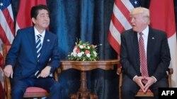 АҚШ президенти Дональд Трамп ҳамда Япония бош вазири Синзо Абэ. (Италия. 26 май, 2017 йил)
