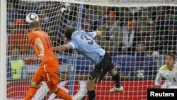 Голландец Арьен Роббен забивает гол в ворота сборной Уругвая