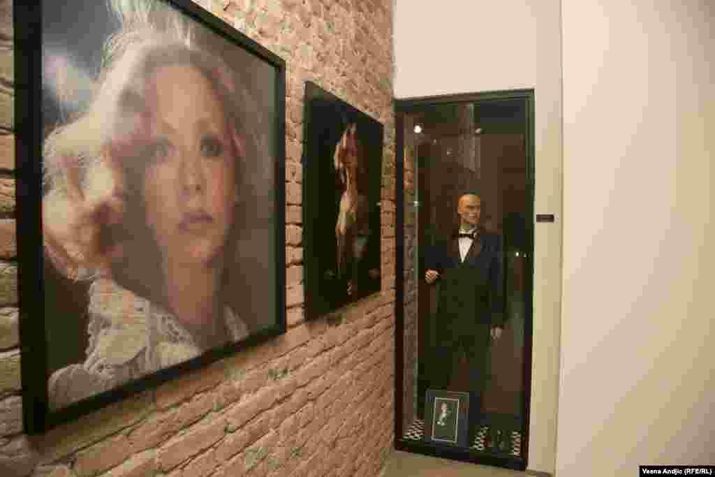 Milenini portreti iz mladosti i jedno od prepoznatljivih Draganovih odela iz istog vremena.