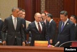 Солдан оңға қарай (алдыңғы қатарда): АҚШ президенті Барак Обама, Ресей президенті Владимир Путин және Қытай басшысы Си Цзиньпин. Пекин, 11 қараша 2014 жыл. (Көрнекі сурет)
