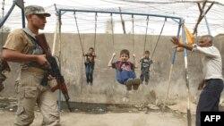 عنصر من قوات الصحوة في دورية حراسة ببغداد