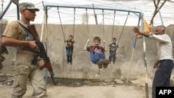 عنصر من قوات الصحوة في حراسة بمنطقة ببغداد