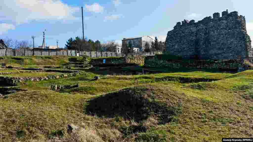На месте царского саркофага – остатки Южного дворца царя Скилура со стилизованной западной башней.