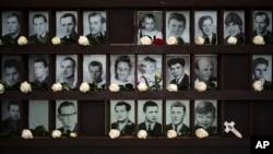 Flori lăsate de oameni în amintirea persoanelor care au murit la Zidul Berlinului.
