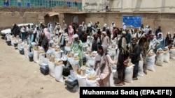Кандагар провинциясында гуманитарлық көмек үлестіру. Көрнекі сурет.