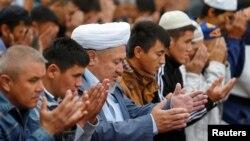 На молитве в Центральной мечети Алматы. 12 сентября 2016 года