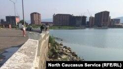 Берег особо охраняемого озера Ак-Гель застраивается