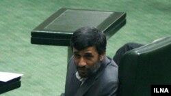 محمود احمدى نژاد در دومین نطق روز اول در دفاع از كابینه دهم، مخالفت اصولگرایان مجلس با وزیران پیشنهادى را به باد انتقاد گرفته بود.
