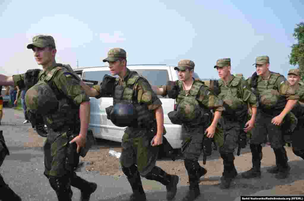 Место, где проходило шествие, охраняли бойцы Нацгвардии, спецназовцы и полицейские