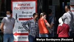 Дәрі-дәрмек алуға келген адамдар дәріхана алдында кезекте тұр. Алматы, 8 шілде 2020 жыл.