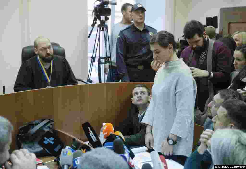 Військового медика Яну Дугарьзобов'язали до 8 лютого 2020 року не залишати місце проживання, прибувати до слідчого, прокурора або суду за першою вимогою, утриматися від спілкування з іншими підозрюваними та свідками, здати документи для виїзду за кордон