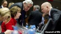 Fotografi arkivi e Baroneshës Ashton duke biseduar me sekretarin britanik, William Hague, në Bruksel