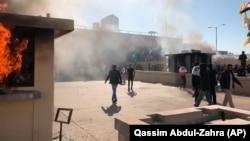 Десятки сторонников шиитской милиции на территории посольства США, Багдад, 31 декабря 2019.