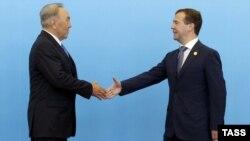 Қазақстан президенті Нұрсұлтан Назарбаев пен Ресей президенті Дмитрий Медведевтің Астанадағы кездесуі. 15 маусым 2011 жыл.