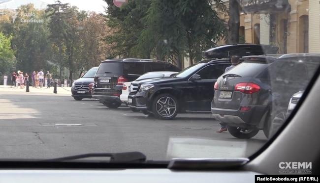 «Схеми» приїхали до офісу Ахметова, утім, майже одразу поїхали геть, адже побачили, що на місці не було автівок політиків