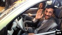 Президент Ирана Махмуд Ахмадинежад во время презентации новой серии машин, выпускаемых иранским автоконцерном. Тегеран, 13 декабря 2008 года.