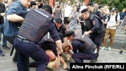 Задержание во время марша в поддержку Ивана Голунова.