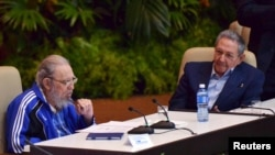 Fidel Castro (majtas) dhe i vëllai i tij Raul Castro