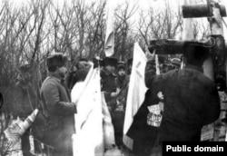 Встановлення першого хреста – березового на місці сталінських розстрілів у Луганську. Суча балка, 1991 рік. Фото із vk.com – luhansk_in_xx_century