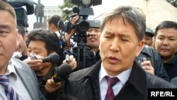 Новый премьер Алмазбек Атамбаев спешит успокоить людей: «К этой группе людей, которая выйдет 11 апреля, я обязательно схожу сам. Мы постараемся сделать все, чтобы не было как в Таджикистане»