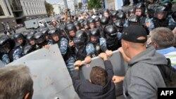 Сторонники разных оппозиционных партий пытаются прорваться через кордоны милиции во время акций протеста в День Независимости. Киев, 24 августа 2011 года