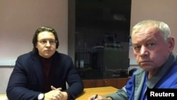 Владимир Мартыненко (уңда) адвокаты Александр Карабанов белән