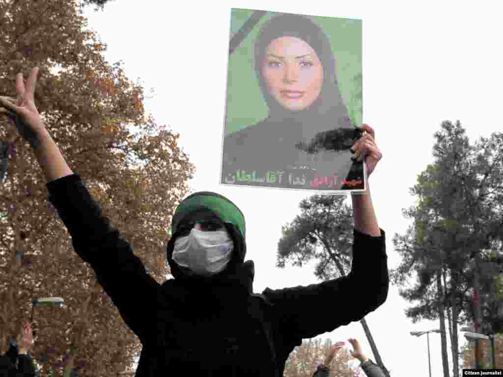 ندا آقاسلطان همچنان در تجمعات اعتراضی مردم ایران حضور دارد - گالری عکس و فیلم
