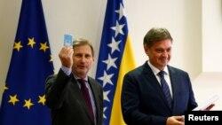 Komesar za proširenje EU predao je upitnik Evropske komisije predsedavajućem Saveta ministara BiH Denisu Zvizdiću u decembru 2016.